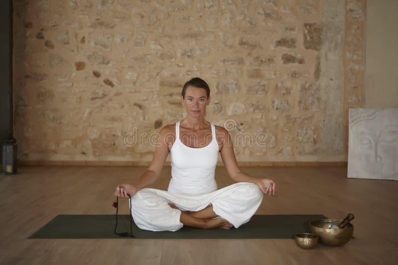 Άσκηση γιόγκας εσωτερική σε ένα δωμάτιο στοκ εικόνες