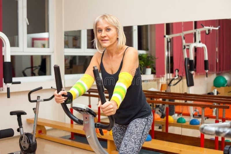 Άσκηση γυναικών στη γυμναστική στοκ εικόνες με δικαίωμα ελεύθερης χρήσης