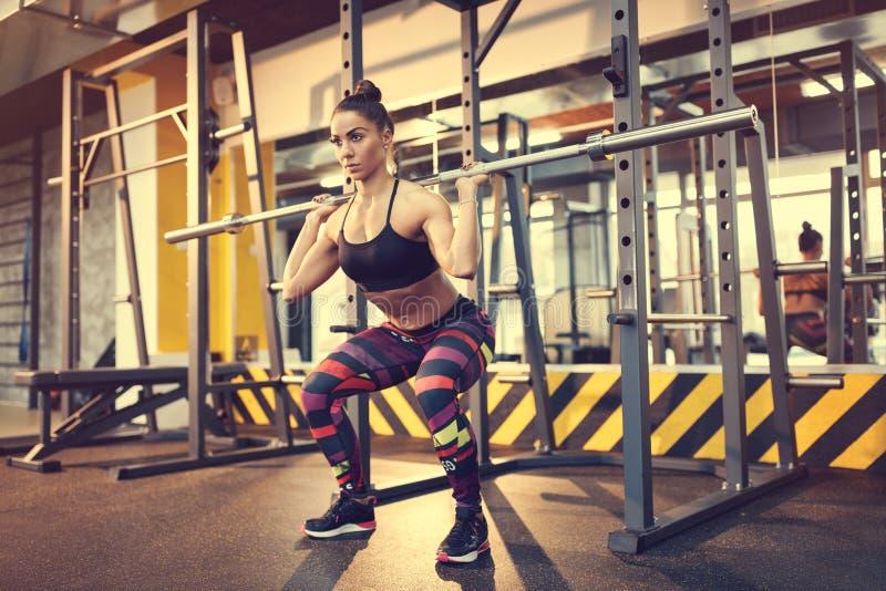 Άσκηση με τον κενό φραγμό στη γυμναστική στοκ φωτογραφίες