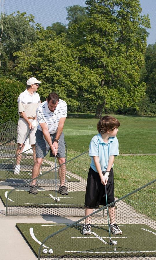 άσκηση οικογενειακού γκολφ στοκ φωτογραφία με δικαίωμα ελεύθερης χρήσης