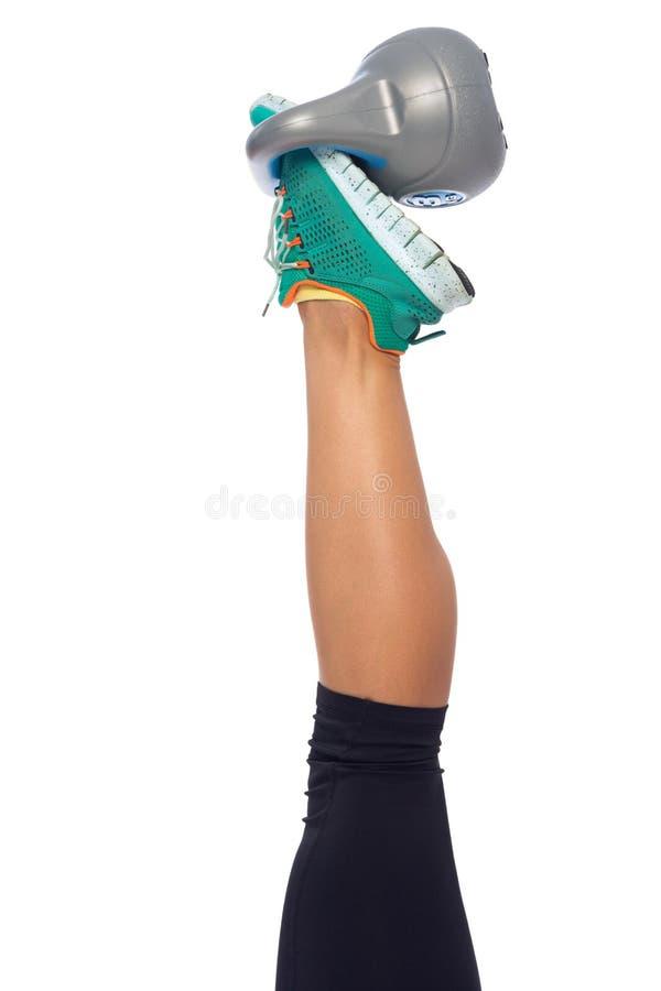 Άσκηση ποδιών με το κατσαρόλα-κουδούνι στοκ φωτογραφίες