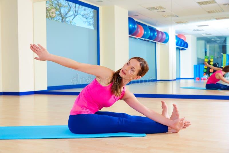 Άσκηση πριονιών γυναικών Pilates workout στη γυμναστική στοκ φωτογραφία με δικαίωμα ελεύθερης χρήσης