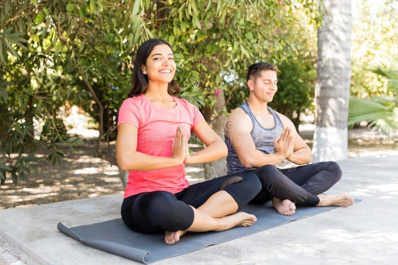 Άσκηση πρωινού άσκησης γυναικών με τον άνδρα στοκ φωτογραφία με δικαίωμα ελεύθερης χρήσης