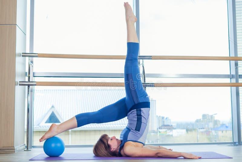 Άσκηση σφαιρών σταθερότητας γυναικών Pilates workout στη γυμναστική εσωτερική στοκ φωτογραφία με δικαίωμα ελεύθερης χρήσης