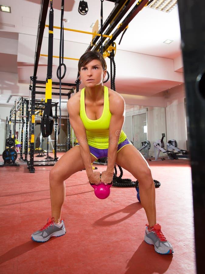 Άσκηση ταλάντευσης Kettlebells ικανότητας Crossfit workout στη γυμναστική στοκ φωτογραφία με δικαίωμα ελεύθερης χρήσης