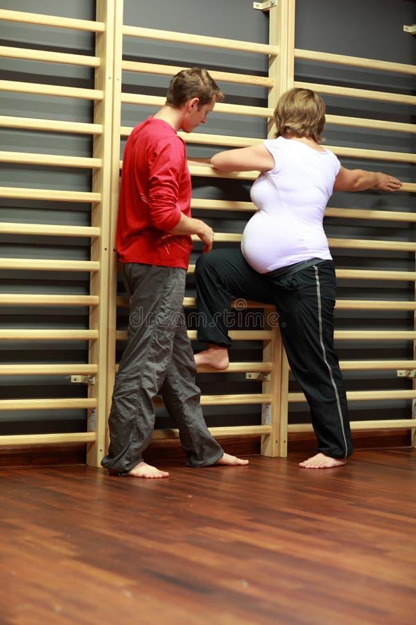 άσκηση της έγκυου γυναίκας εκπαιδευτικών στοκ φωτογραφίες