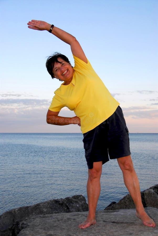 άσκηση της ώριμης γυναίκα&sigma στοκ εικόνα με δικαίωμα ελεύθερης χρήσης
