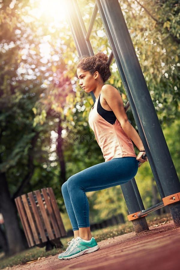 Άσκηση των γυναικών στο πάρκο της πόλης στοκ φωτογραφία