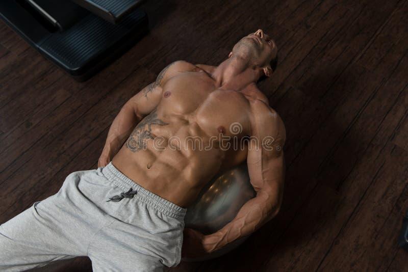 Άσκηση Abdominals στη σφαίρα άσκησης στοκ φωτογραφία με δικαίωμα ελεύθερης χρήσης