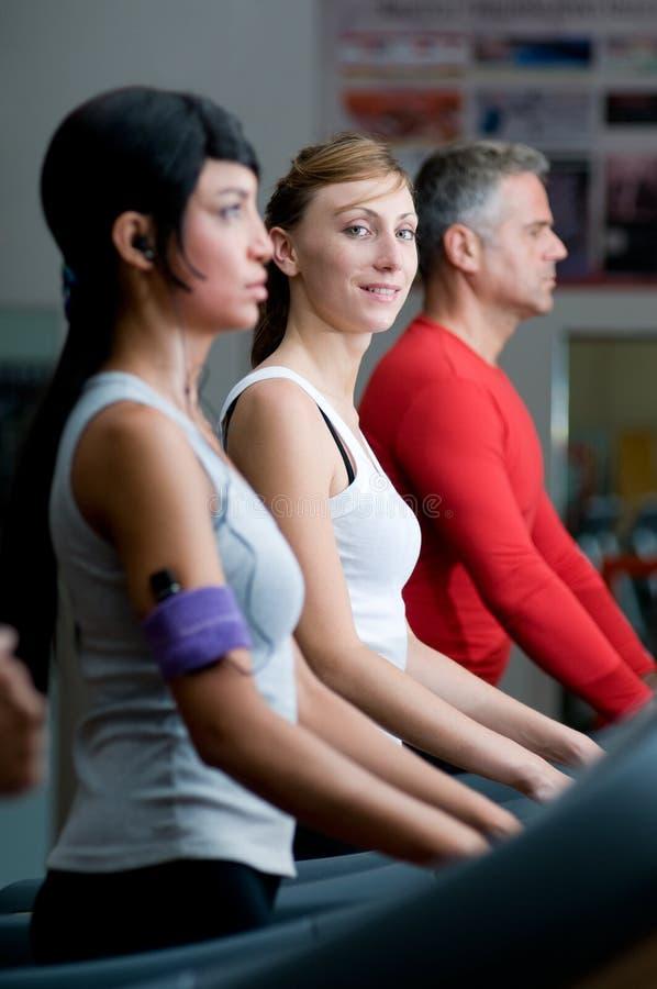 Download άσκηση Treadmill γυμναστικής Στοκ Εικόνες - εικόνα από κοίταγμα, άτομο: 17052720