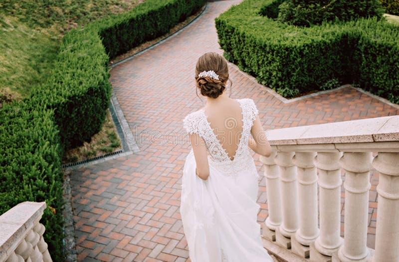 Άσπρα βήματα εξαρτημάτων τρίχας φορεμάτων νυφών στοκ εικόνες