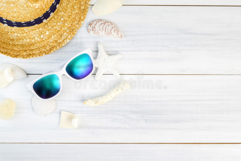 Άσπρα γυαλιά ηλίου εξαρτημάτων θερινών παραλιών, αστερίας, καπέλο αχύρου, SH στοκ εικόνες με δικαίωμα ελεύθερης χρήσης