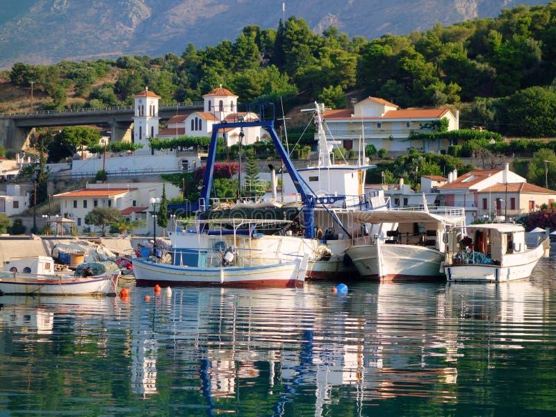 Άσπρα ελληνικά αλιευτικά σκάφη στοκ εικόνα με δικαίωμα ελεύθερης χρήσης