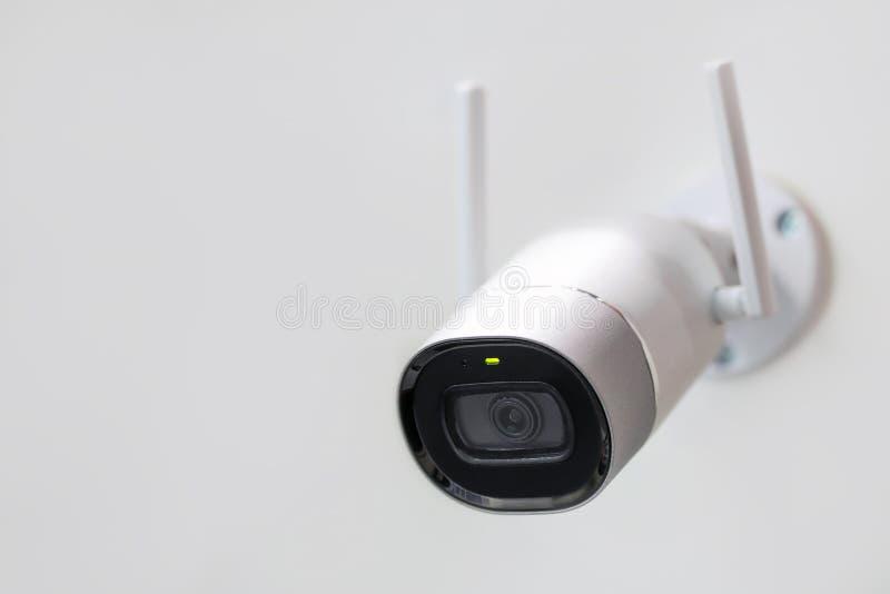 Άσπρα κάμερα παρακολούθησης CCTV που τοποθετείται στον τοίχο Wifi κεραίες που επιτρέπονται ασύρματες Μεγάλος Αδερφός που προσέχει στοκ φωτογραφίες με δικαίωμα ελεύθερης χρήσης