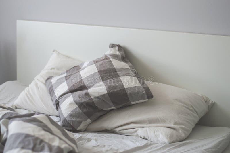 Άσπρα και γκρίζα μαξιλάρια σε ένα κρεβάτι στοκ εικόνες με δικαίωμα ελεύθερης χρήσης