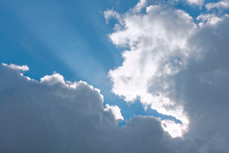 Άσπρα και γκρίζα σύννεφα σε έναν μπλε ουρανό στοκ εικόνα