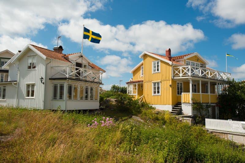 Άσπρα και κίτρινα σπίτια στοκ εικόνες