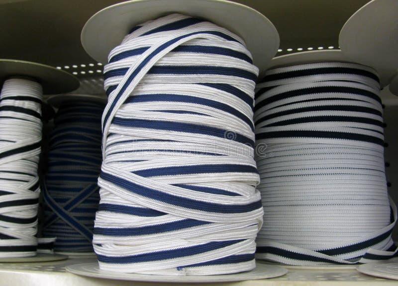 Άσπρα και μπλε ναυτικά σχοινιά στις σπείρες στοκ εικόνες