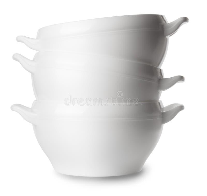 Άσπρα κενά πιάτα σούπας πορσελάνης που απομονώνονται στο λευκό στοκ εικόνα