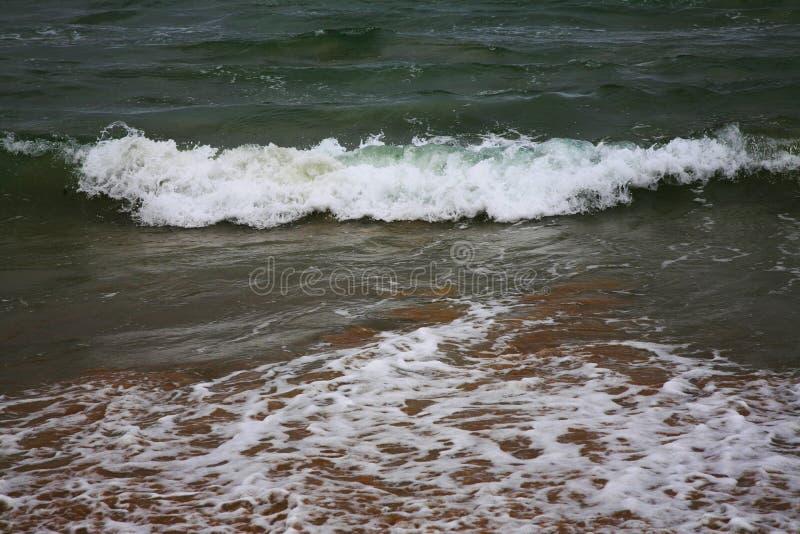 Άσπρα κύματα στη θάλασσα στοκ εικόνα με δικαίωμα ελεύθερης χρήσης