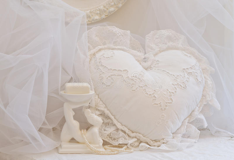 Άσπρα μαξιλάρι καρδιών δαντελλών και πιάτο σαπουνιών στοκ φωτογραφίες