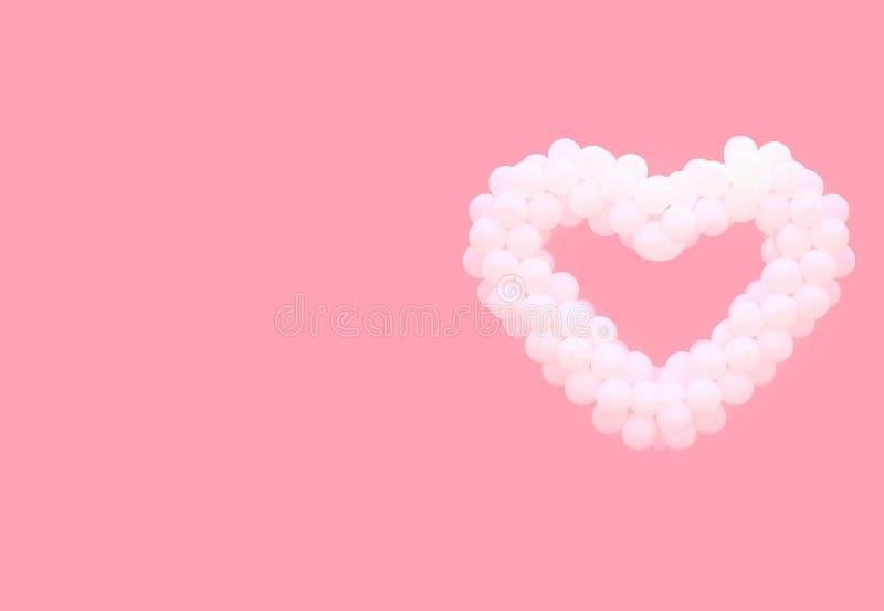 Άσπρα μπαλόνια με μορφή της καρδιάς που απομονώνεται σε ένα ροζ στοκ εικόνα