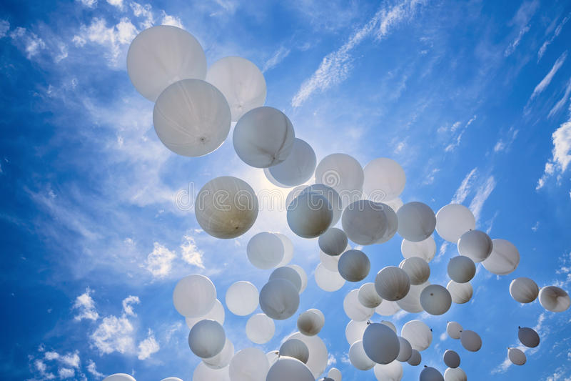 Άσπρα μπαλόνια στο μπλε ουρανό στοκ φωτογραφία με δικαίωμα ελεύθερης χρήσης