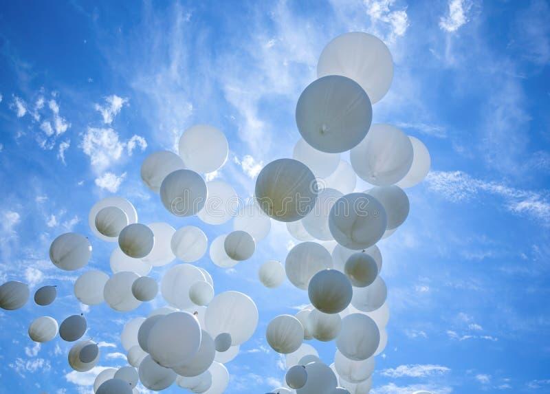 Άσπρα μπαλόνια στο μπλε ουρανό στοκ φωτογραφίες με δικαίωμα ελεύθερης χρήσης