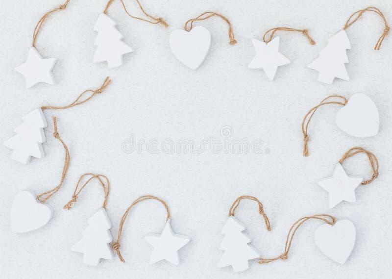 Άσπρα ξύλινα χειροποίητα παιχνίδια χριστουγεννιάτικων δέντρων ελεύθερη απεικόνιση δικαιώματος