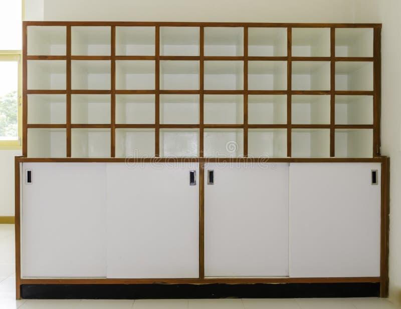 Άσπρα ξύλινα ράφια στοκ εικόνα με δικαίωμα ελεύθερης χρήσης