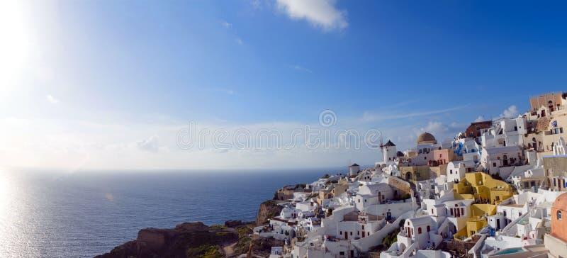 Άσπρα παραδοσιακά ελληνικά σπίτια σε μια βουνοπλαγιά στο νησί Santorini Οι τουρίστες περιμένουν το ηλιοβασίλεμα στοκ φωτογραφία με δικαίωμα ελεύθερης χρήσης