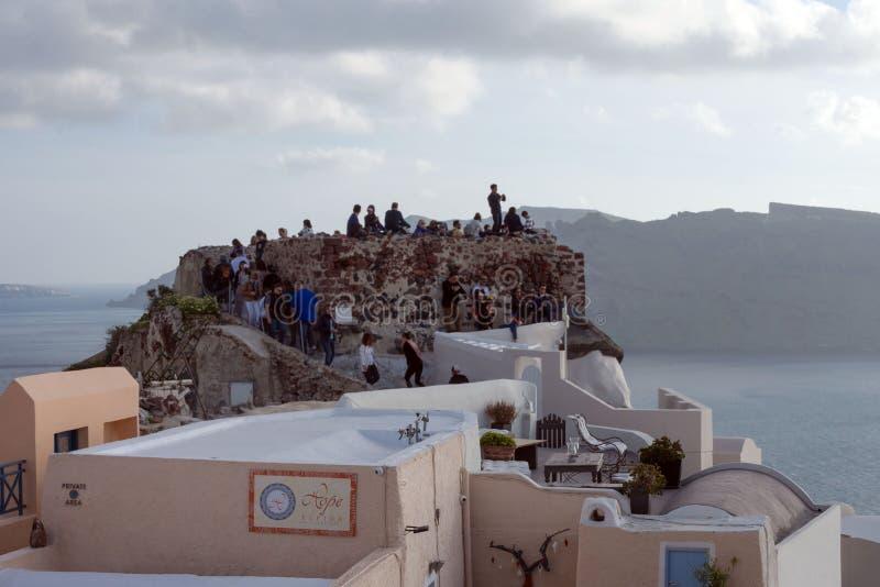 Άσπρα παραδοσιακά ελληνικά σπίτια σε μια βουνοπλαγιά στο νησί Santorini στοκ εικόνα με δικαίωμα ελεύθερης χρήσης