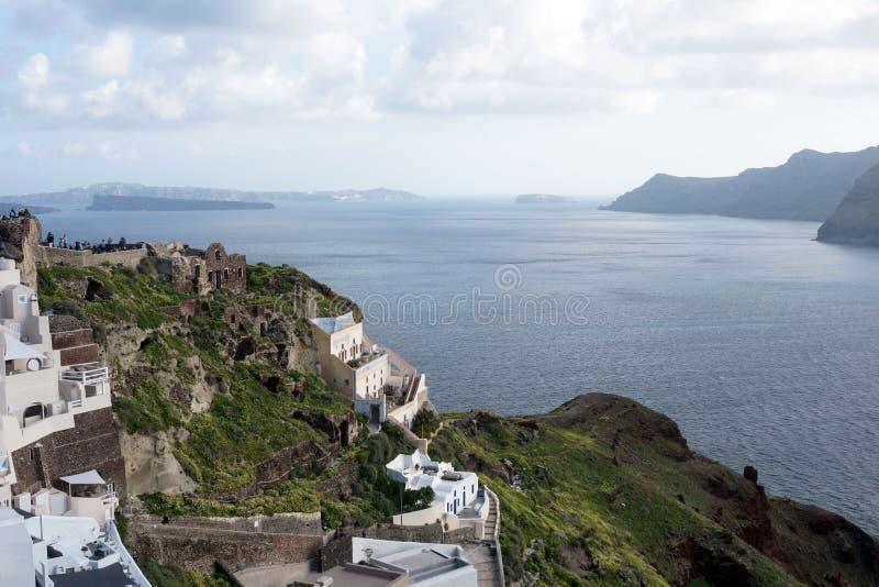 Άσπρα παραδοσιακά ελληνικά σπίτια σε μια βουνοπλαγιά στο νησί Santorini στοκ φωτογραφία με δικαίωμα ελεύθερης χρήσης
