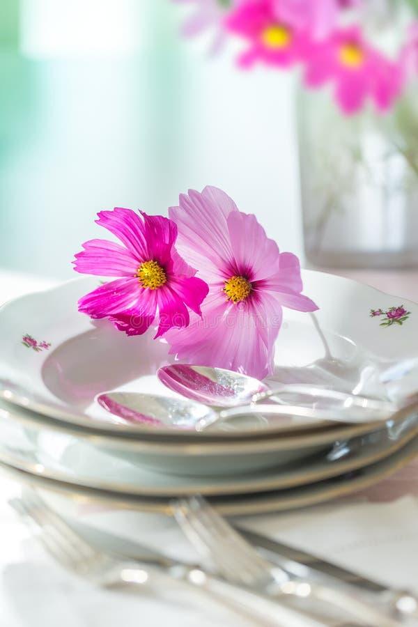 Άσπρα πιάτα με τις ασημικές στοκ φωτογραφία