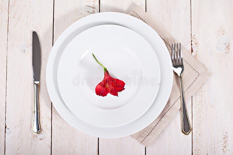 Άσπρα πιάτα με το δίκρανο και το μαχαίρι στοκ φωτογραφία με δικαίωμα ελεύθερης χρήσης