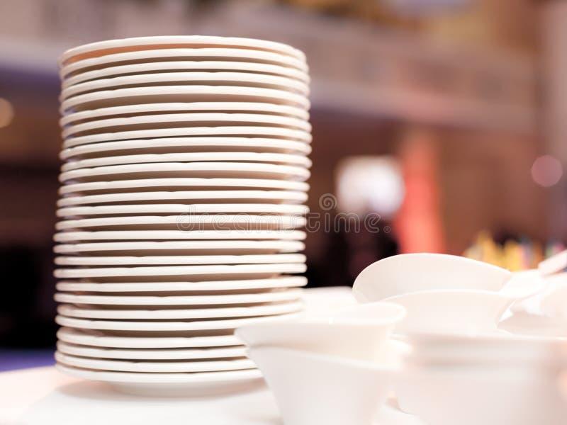 Άσπρα πιάτα   στοκ εικόνες με δικαίωμα ελεύθερης χρήσης