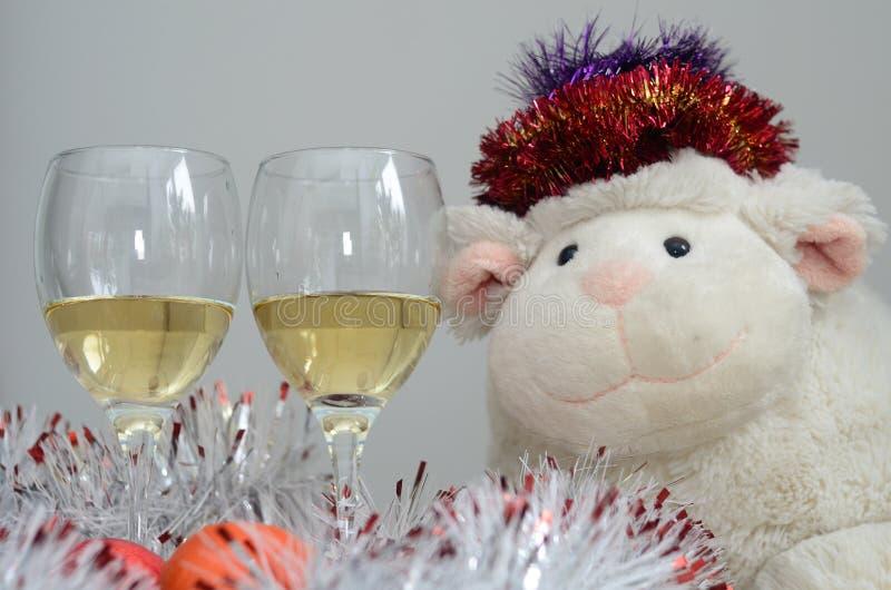 Άσπρα πρόβατα και δύο ποτήρια του κρασιού στοκ εικόνα