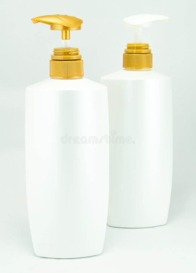 Άσπρα πλαστικά μπουκάλια για το καλλυντικό στοκ εικόνα