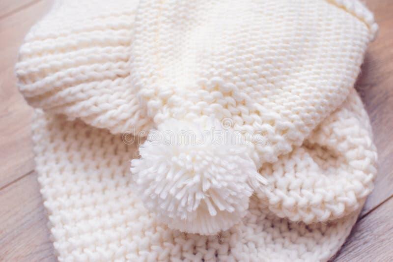 Άσπρα πλεκτά καπέλο και μαντίλι στοκ εικόνες