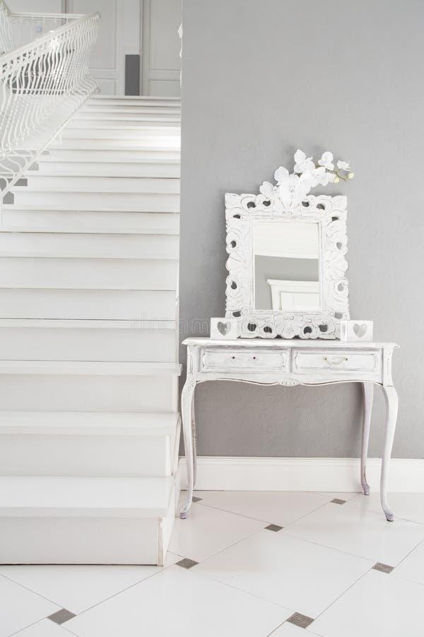 Άσπρα σκαλοπάτια σε μια κατοικία στοκ εικόνα