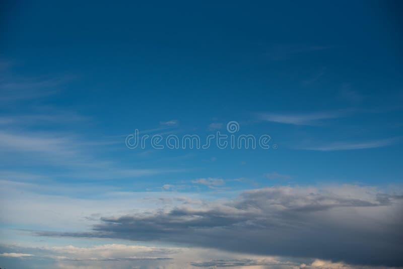 Άσπρα σύννεφα ενάντια σε έναν μπλε ουρανό στοκ εικόνα