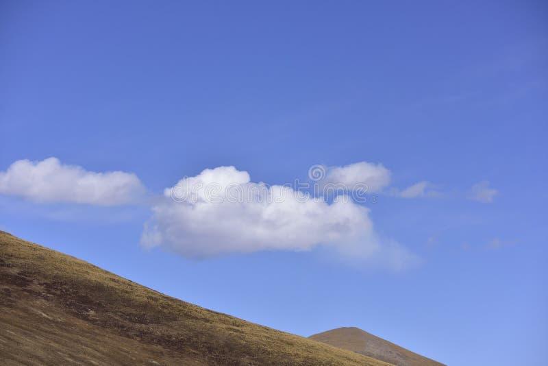 Άσπρα σύννεφα μπλε ουρανού τοπίου ~ οροπέδιων! στοκ φωτογραφίες με δικαίωμα ελεύθερης χρήσης