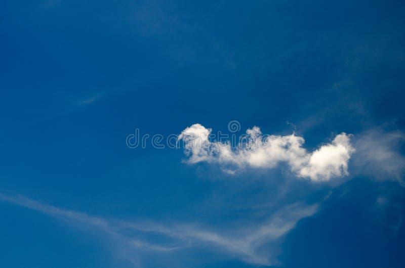 Άσπρα σύννεφα που επιπλέουν στον ουρανό στην ημέρα που λαμβάνεται με τα φίλτρα CPL στοκ εικόνα