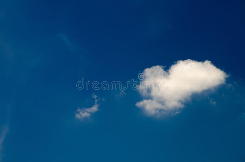 Άσπρα σύννεφα που επιπλέουν στον ουρανό στην ημέρα στοκ εικόνες