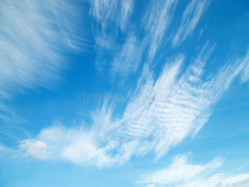 Άσπρα σύννεφα στο μπλε ουρανό στοκ εικόνα