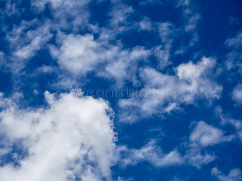 Άσπρα σύννεφα στο υπόβαθρο μπλε ουρανού στην ηλιόλουστη ημέρα στοκ φωτογραφία με δικαίωμα ελεύθερης χρήσης