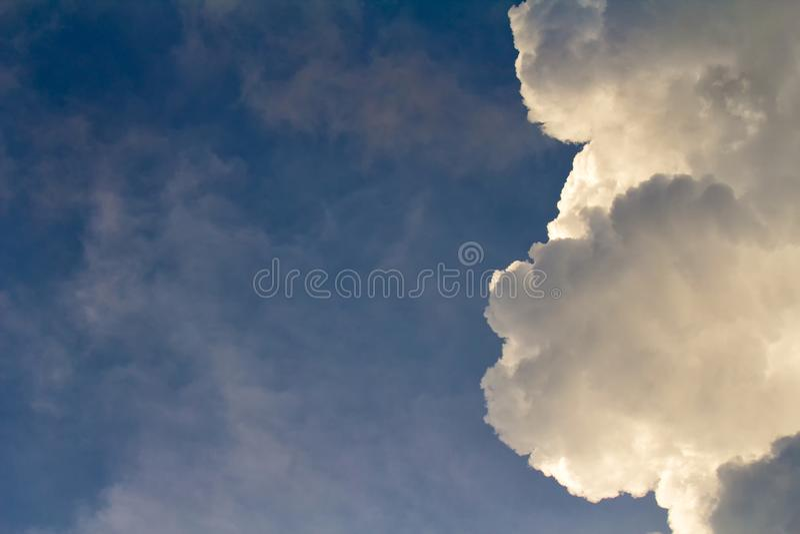 Άσπρα σύννεφα στο υπόβαθρο μπλε ουρανού στον ηλιόλουστο θερινό χρόνο ημέρας στοκ εικόνα
