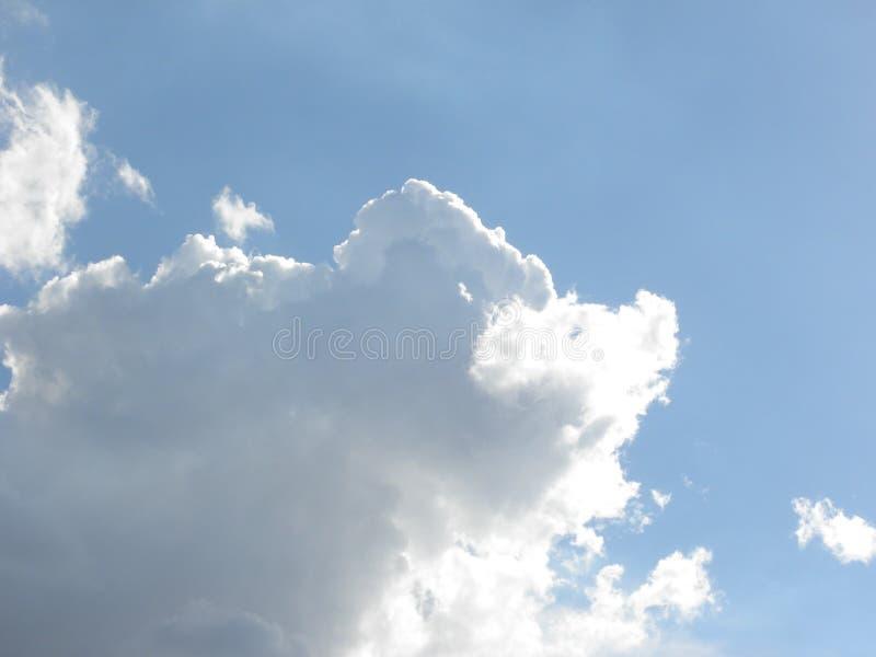 Άσπρα σύννεφα σωρειτών στο μπλε ουρανό στοκ φωτογραφία με δικαίωμα ελεύθερης χρήσης
