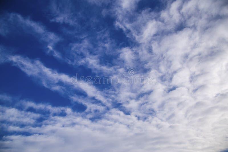 Άσπρα σύννεφα spindrift στοκ εικόνα