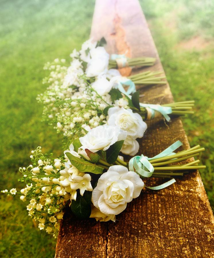 Άσπρα τριαντάφυλλα σε έναν πάγκο πριν από έναν γάμο χωρών στοκ φωτογραφίες με δικαίωμα ελεύθερης χρήσης